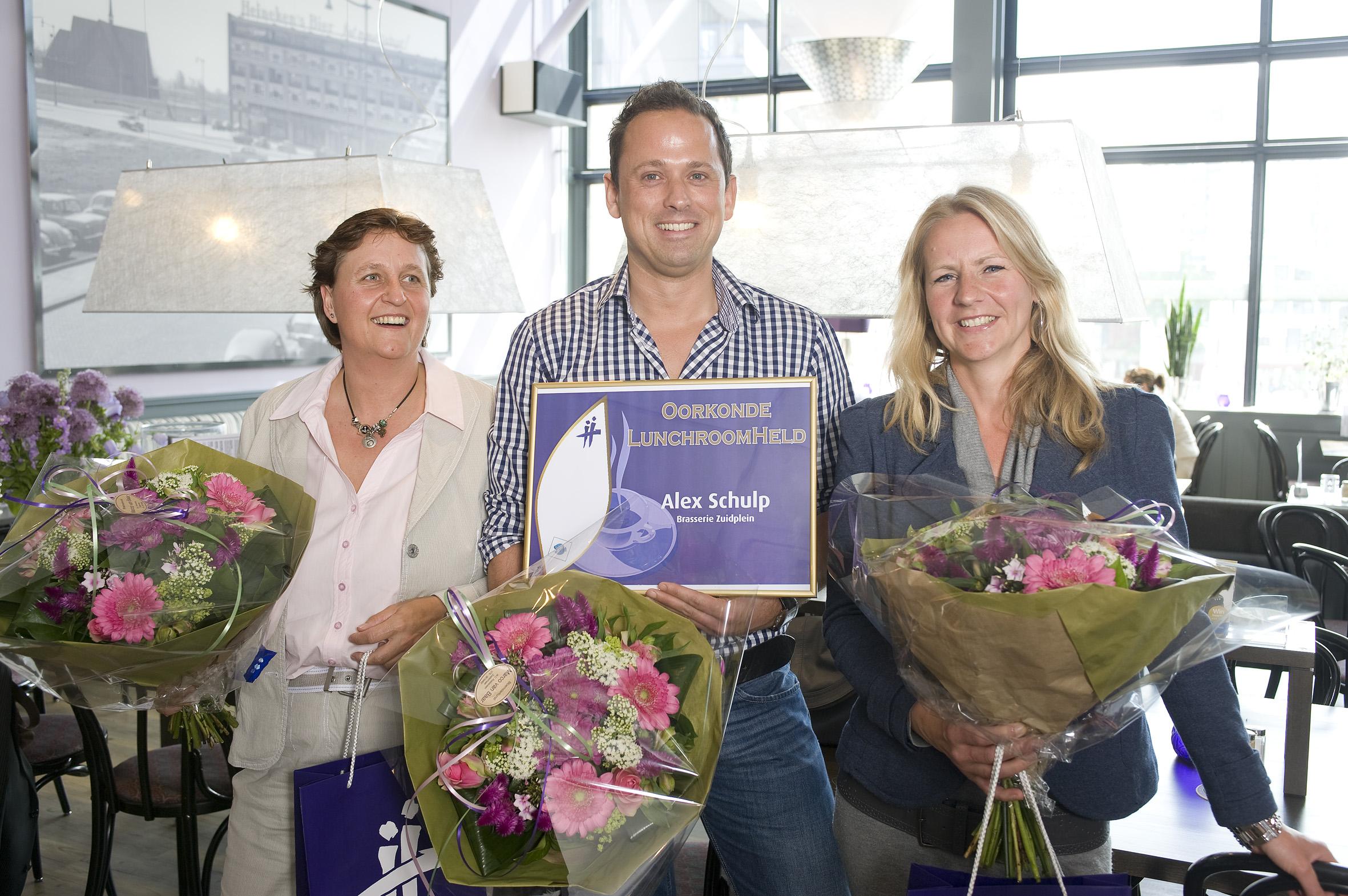 Teestie feliciteert Alex Schulp met de titel LunchroomHeld 2011.
